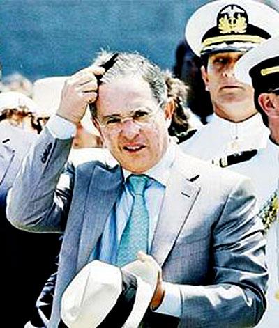 Alvaro Uribe Velez repeinándose